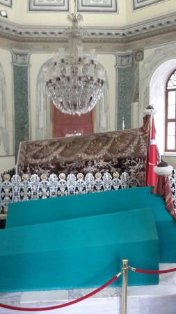 Tombs of Osman and Orhan : Yatan kim ?