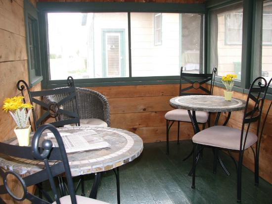 Wooden Boat Inn: SCREENED PORCH