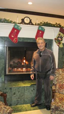 Ayres Hotel Corona East / Riverside: Husband In Lobby Christmas