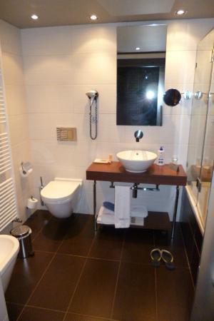 Hotel La Trufa Negra: Baño completo y accesorios