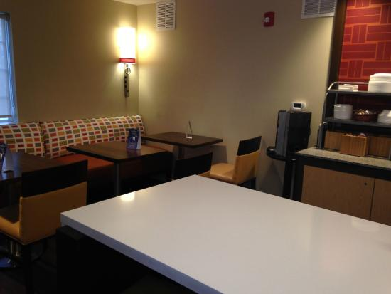 Hawthorn Suites by Wyndham Charlotte/Executive Park: Breakfast bar