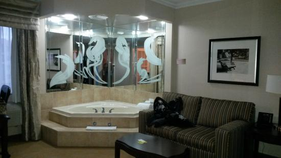 Monte Carlo Inn & Suites Downtown Markham: whirl pool tub oh so nice ....