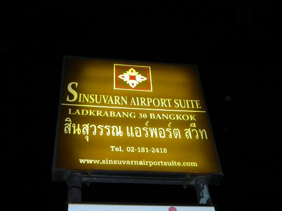 Sinsuvarn Airport Suite: Sign at night