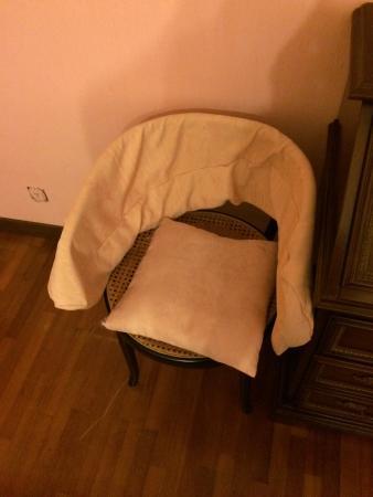 Bed & Breakfast Villa Sans Souci: una sedia sfondata con il cuscino sopra per coprire un buco