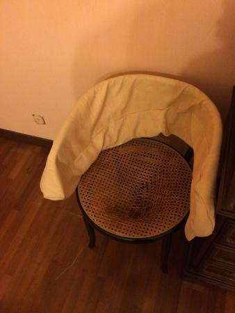 Bed & Breakfast Villa Sans Souci: una sedia sfondata senza cuscino per coprire il danno