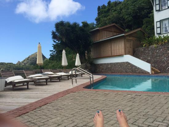 Queen's Gardens Resort & Spa: Poolside