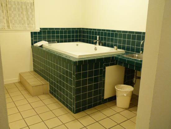 Carlin Country Cottages : Jetted tub with plenty of room and