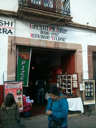 Ivos Pizza: Aquí esta la entrada, el restaurante es un pequeño local dentro de esta zona de comida. Esta en