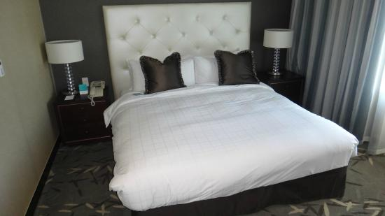 Oakwood Premier Coex Center: Big comfortable bed with down everything!