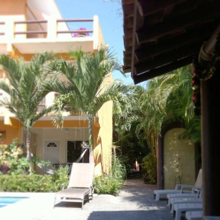 Arecas Suites Hotel: The passage on the left is the entrance.  It's like walking through the jungle.