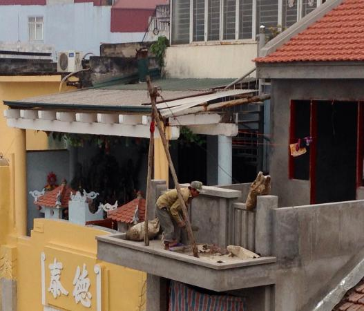 Hanoi Harmony Hotel: Watching our neighbour at work 5 floors up - no harness
