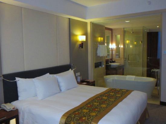 Crowne Plaza West Hanoi: 客室と浴室