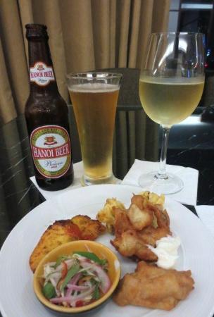 Crowne Plaza West Hanoi: ハッピアワーのハノイビール