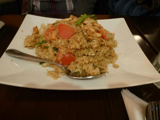 Thai box 2go: Fried rice with crab meat - salty and with cold, raw tomatoes