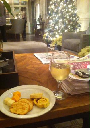 Olde Harbour Inn - River Street Suites : Wine and cheese!