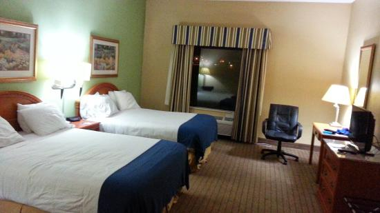 La Quinta Inn & Suites Pontoon Beach : Comfortable room with excellent beds and very clean