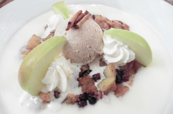 Hotel Appenzell : Appenzeller Apfelrösti (apple crumble with warm vanilla sauce and cinnamon ice cream)