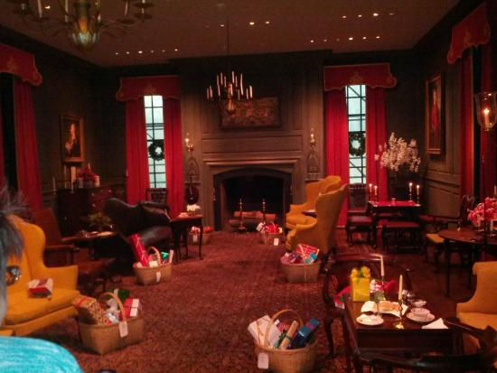 Dupont parlor on Christmas - Picture of Winterthur Museum, Garden ...