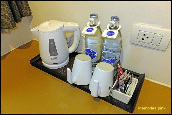 The Seasons Bangkok Huamark : น้ำดื่มและกาแฟภายในห้องพัก