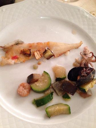 Fucecchio, Ιταλία: Branzino all'isolana//Catalana di crostacei con frutta e verdura