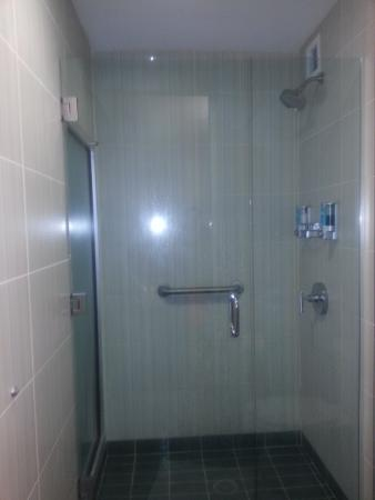 Aloft Charleston: Comfortable shower