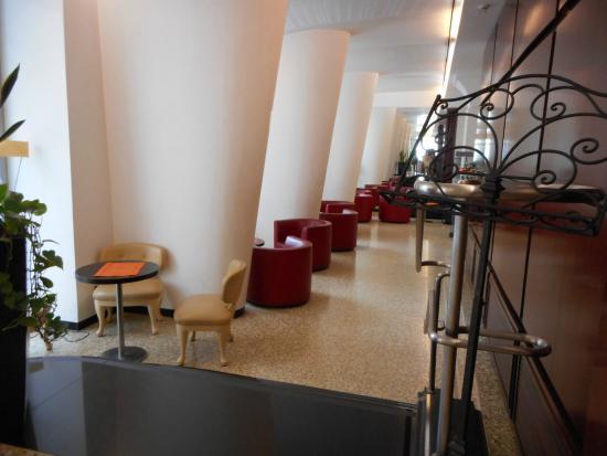 Hotel Genova: フロントからラウンジ方向
