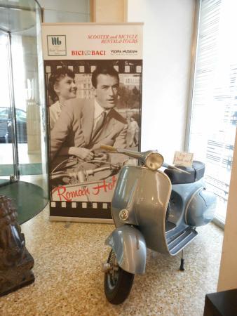 Hotel Genova: ロビーにローマ