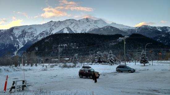 Pemberton Gateway Village Suites Hotel: View of the mountains during sun rise