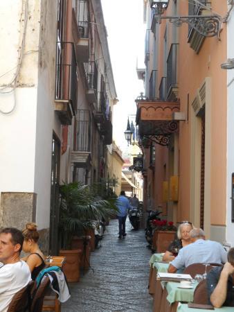 Ristorante La Basilica: レストランまでの路地
