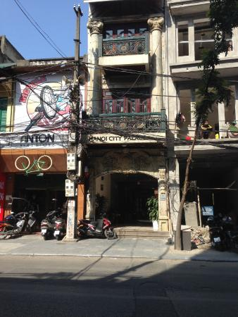 Hanoi City Palace Hotel: Nondescript on the outside but lovely on the inside.