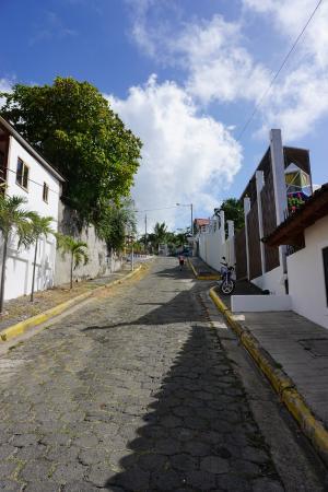 Hotel Maracuya : Hill to hotel
