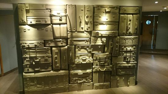 "Silken Concordia Hotel : Mur ""valise"""