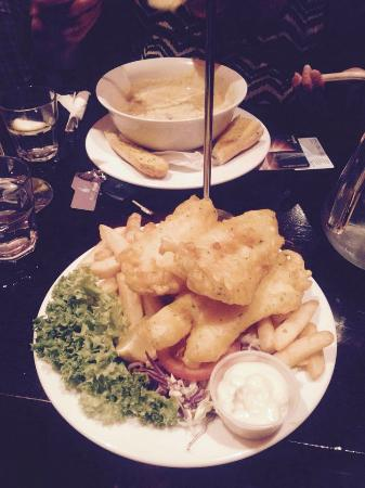 Hennessy's Irish Bar : Seafood chowder and fish and chips
