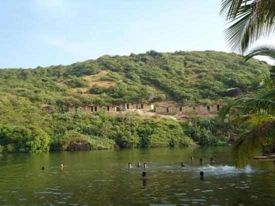 Arambol, Índia: People taking bath at the lake.