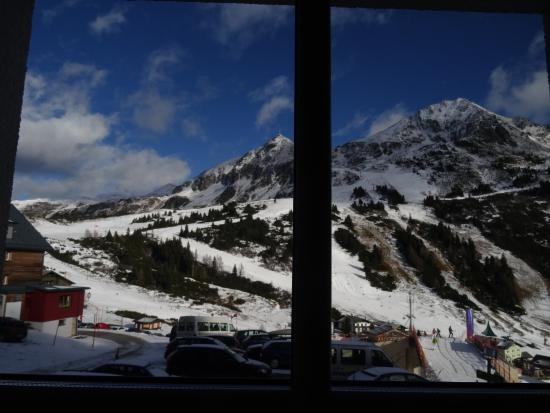 Hotel Enzian: View of the piste from our room