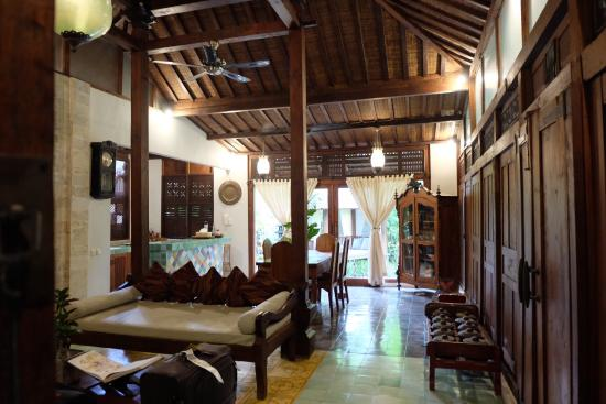 Villa Kampung Kecil: Huge living and dining area