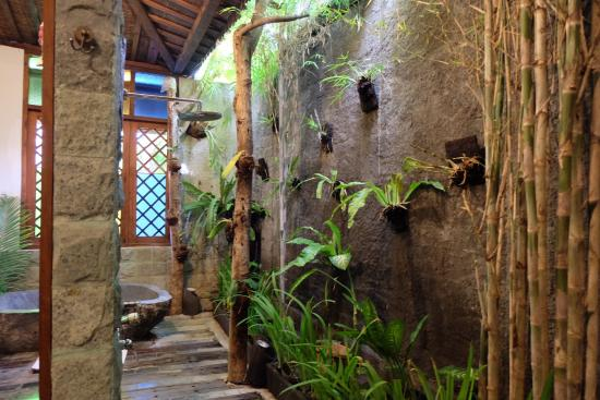 Villa Kampung Kecil: Beautiful semi-outdoor bathroom with stone bath and rainforest shower