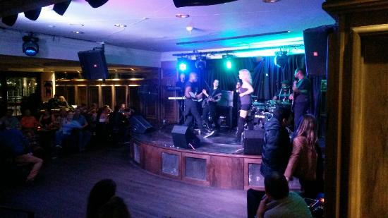 Three Monkeys Pub : the band and the dancing ring