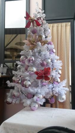 Athena Hotel : Albero di Natale nella sala colazione