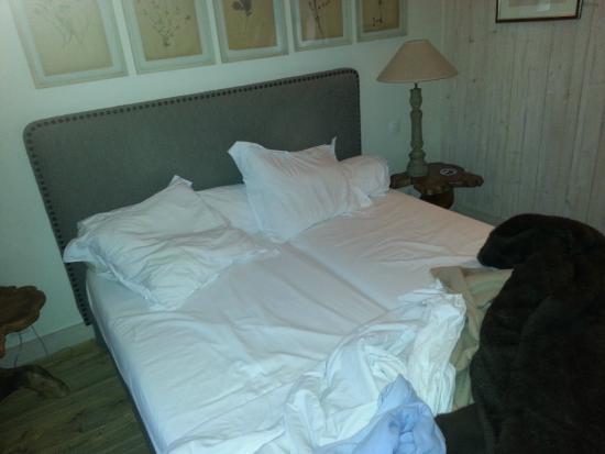 Au Grey d'Honfleur : lit avec 2 matelas et drap unique