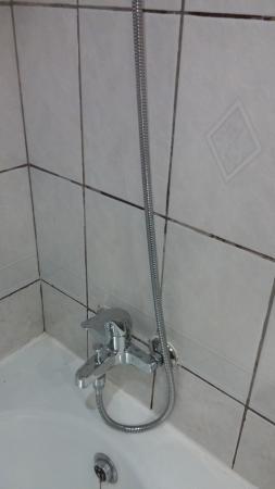 Sun & Sky Al Rigga Hotel : Dirty grouting between tiles in the bathroom (floor 3)