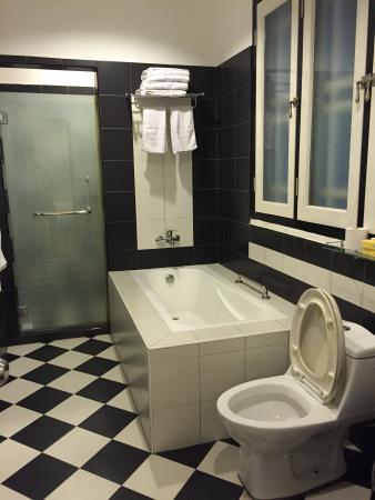 Jonker Boutique Hotel : Large, bright bathroom