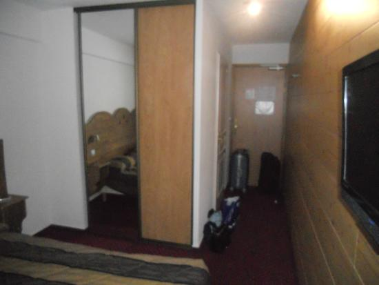 Agudes Hotel: Placards + entrée de la chambre
