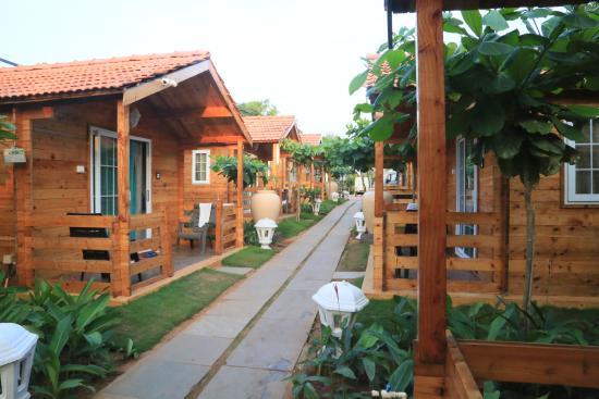 Estrela Do Mar Beach Resort: cottages..way to beach..