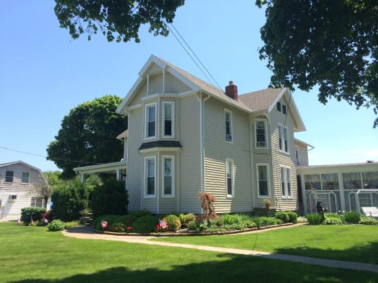 Victorian Inn Bed and Breakfast: View from the road
