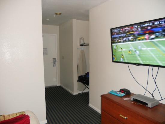 Buena Vista Motor Inn: TV, Entry, Closet Nook