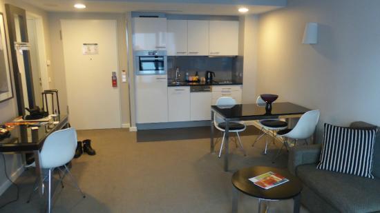 Kleine offene Küche in Wohnung - Bild von Adina Apartment Hotel ...