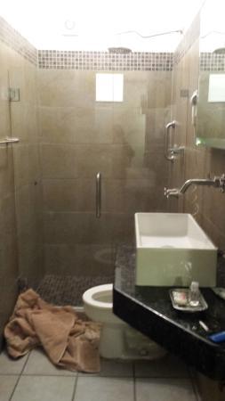 Hotel Suites Nadia: Bathroom