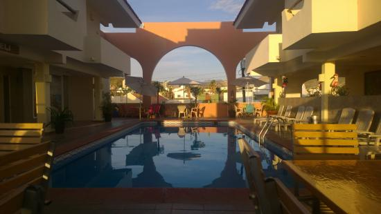 Hotel & Suites Las Palmas: Breakfast/pool lounging area