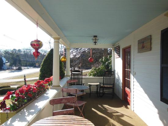 Puffin Inn Bed & Breakfast : Front Porch of the Puffin Inn